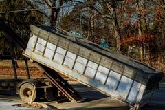 recipientes do lixo perto da casa nova, recipientes, reciclagem e construção waste fotografia de stock