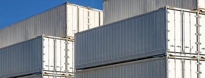 Recipientes empilhados no dockside imagem de stock royalty free