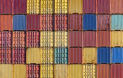 Recipientes empilhados no dockside fotografia de stock