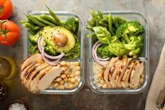 Recipientes grelhados da preparação da refeição da galinha fotografia de stock