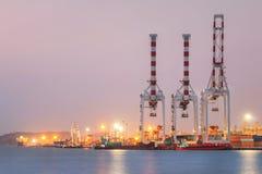Recipientes industriais da carga do guindaste Fotografia de Stock
