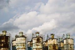 Recipientes industriais e céu nebuloso Imagens de Stock Royalty Free