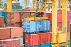 Recipientes no porto para a exportação da importação Fotografia de Stock