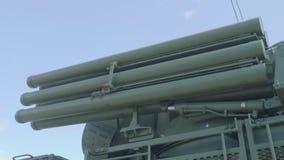 Recipientes para foguetes a bordo do sistema Pantsir-1 da arma do míssil da defesa aérea na camuflagem protetora verde proteção video estoque