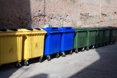 Recipientes para residuos plásticos grandes en la calle Fotos de archivo