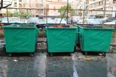 Recipientes para residuos sólidos municipales mezclados que aguardan la colección en Beirut, Líbano Fotografía de archivo