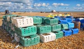 Recipientes plásticos reciclados em potenciômetros de lagosta Dungeness, Kent fotos de stock