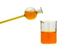 Recipientes químicos con el líquido anaranjado Imagen de archivo