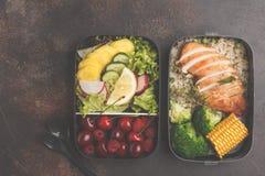 Recipientes saudáveis da preparação da refeição com a galinha grelhada com frutos, b imagens de stock royalty free