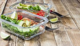 Recipientes saudáveis da preparação da refeição com rukola, grade do peru, tomates e abacate fotos de stock