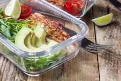 Recipientes saudáveis da preparação da refeição com rukola, grade do peru, tomates e abacate imagens de stock