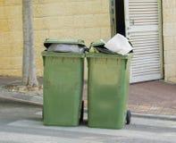 Recipientes verdes do lixo imagem de stock royalty free