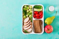 Recipientes verdes saudáveis da preparação da refeição com faixa da galinha, arroz, couves de Bruxelas e vegetais imagem de stock