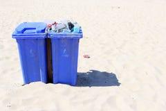 Recipientes Waste e lixo na praia, Países Baixos Foto de Stock Royalty Free