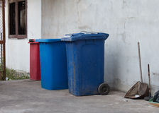 Recipienti blu e rossi, recipienti di riciclaggio Fotografie Stock