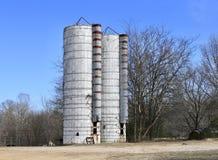 Recipienti del silo del grano e del grano immagini stock libere da diritti