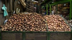 Recipienti delle patate ad un mercato di verdure sudamericano Fotografia Stock Libera da Diritti