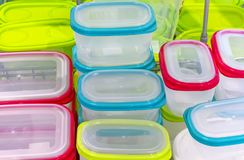 Recipienti di plastica per la memorizzazione alimento e dell'uso nella microonda fotografie stock