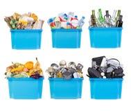 Recipienti di riciclaggio con carta, plastica, vetro, metallo, organico e rifiuti elettronici isolati su bianco Fotografie Stock