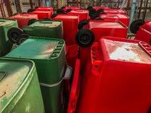 Recipienti di riciclaggio, rifiuti pubblici fotografia stock libera da diritti