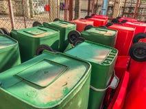 Recipienti di riciclaggio, rifiuti pubblici fotografia stock