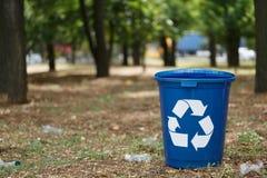 Recipienti di riciclaggio variopinti su uno sfondo naturale Contenitori per il riciclaggio dell'immondizia Ambiente, ecologia, ri Immagine Stock