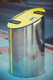Recipienti di rifiuti metallici, pattumiere per spreco separato Immagini Stock