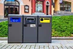 Recipienti moderni dei rifiuti Immagini Stock Libere da Diritti