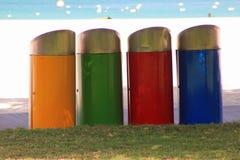 Recipienti multicolori sulla spiaggia fotografie stock libere da diritti