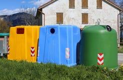 recipienti per la raccolta della carta straccia e per la raccolta della p usata Fotografie Stock