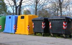 recipienti per la raccolta della carta straccia e per la raccolta della p usata Fotografia Stock Libera da Diritti