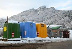 Recipienti per la raccolta di spreco nella città della montagna Immagini Stock