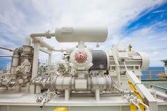 Reciprocando o compressor do impulsionador do gás na plataforma de petróleo e gás a pouca distância do mar fotos de stock royalty free