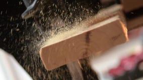 Reciprocando o corte de madeira da serra no movimento lento vídeos de arquivo