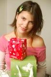 Reciveing Geschenke des Mädchens Lizenzfreie Stockbilder