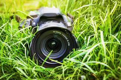 Reclame van professioneel fotografisch materiaal De camera ligt in gras royalty-vrije stock afbeelding
