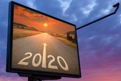 Reclame voor aanstaande 2020 op aanplakbord bij zonsondergang royalty-vrije illustratie