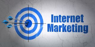 Reclameconcept: doel en Internet-Marketing op muurachtergrond Royalty-vrije Stock Foto's