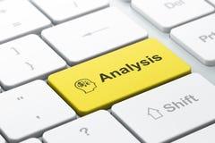 Reclameconcept: Financiënsymbool en Analyse van computersleutel Royalty-vrije Stock Afbeeldingen