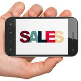 Reclameconcept: Handholding Smartphone met Verkoop op vertoning Royalty-vrije Stock Foto's