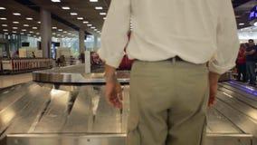 Reclamo di bagaglio dell'aeroporto stock footage