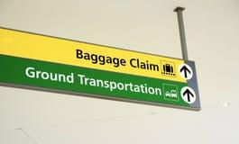 Reclamo di bagaglio e segno del trasporto al suolo Fotografia Stock Libera da Diritti