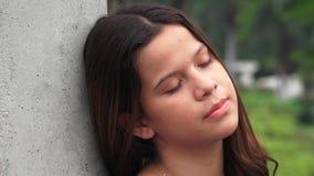 Reclinación adolescente de la muchacha el dormir cansado Foto de archivo libre de regalías