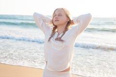 Reclinación adolescente de la muchacha sueños Fotografía de archivo libre de regalías