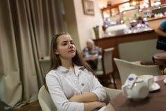 Reclinación adolescente en café Imágenes de archivo libres de regalías