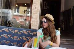 Reclinación adolescente en el café al aire libre Imagen de archivo