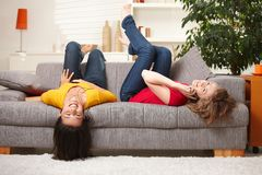 Reclinación adolescente feliz de las muchachas Fotos de archivo libres de regalías