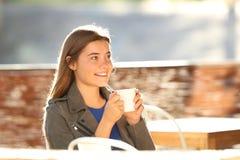 Reclinación adolescente feliz en una cafetería Imagenes de archivo