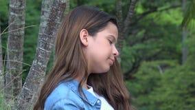 Reclinación adolescente soñolienta y cansada de la muchacha Fotografía de archivo