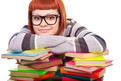 Reclinación adolescente sobre la pila de libros Fotografía de archivo libre de regalías
